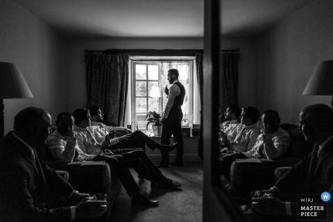 Zdjęcie ślubne pana młodego i drużbów z Dublina spotykać się podczas przygotowywania | fotografie ślubne w czerni i bieli