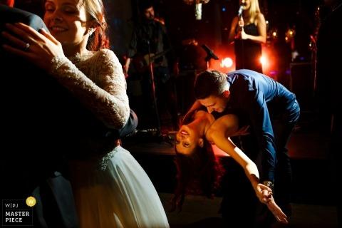 Bukareszt weselna z parami tańczącymi i zanurzającymi się, gdy weselna piosenkarka występuje w recepcji