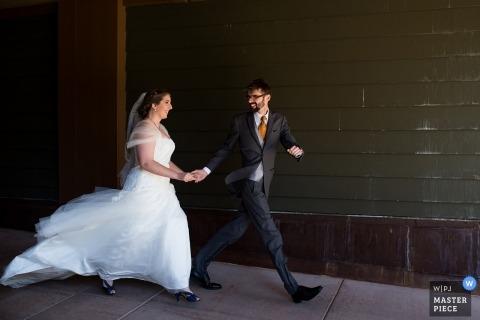 Truckee, CA ślub strzelać z parą szybko idąc w dół chodnika