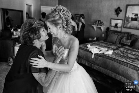 Fotografia ślubna panny młodej Graeagle, Kalifornia Dzielenie się chwilą z matką przed ceremonią fotografie ślubne z emocjami