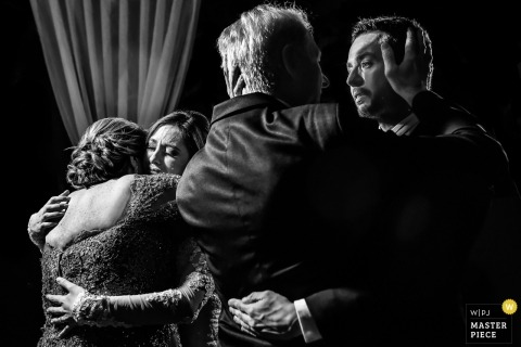 Valinhos wedding photo of the bride and groom hugging their parents | wedding photograph in black-and-white