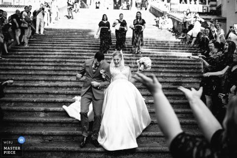 Portofino-Hochzeitsfotojournalismusbild eines Paares, das die Treppe herunterkommt, um ihre Gäste zu begrüßen