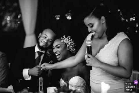 Sesja ślubna Portofino z parą śmiejących się podczas przemówień przy stoliku