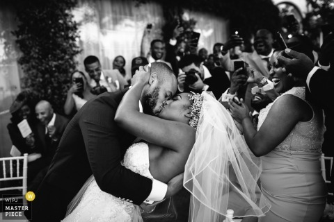 Bild eines Paares, das von einem Spitzenportofino-Hochzeitsfotograf eintaucht und küsst
