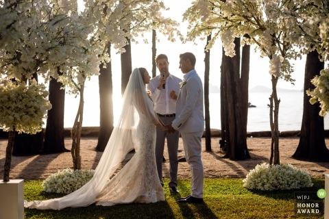 Hochzeits-Zeremonie-Fotografie Krabi, Thailand im Freien unter den Bäumen