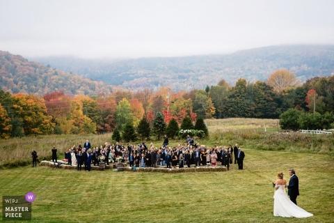 Warren, Vermont Wesele Miejsce - Fotografia panny młodej i ojca idących przez trawnik do ceremonii