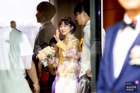 Zhengzhou, photo de mariage Henan de la mariée tenant son bouquet en agitant | photographie de mariage de jour en Chine