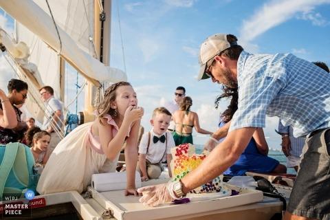 Ślubne zdjęcia dziewczynek i nosicieli pierścieni na żaglówce autorstwa fotografa Key West