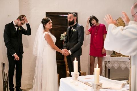 Huwelijksceremonie Fotojournalistiek voor artikel over het vinden van een goede trouwfotograaf