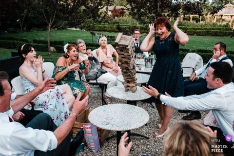The Secret Garden, Kent outdoor bruiloft receptie fotografie van hout blok toren spel.