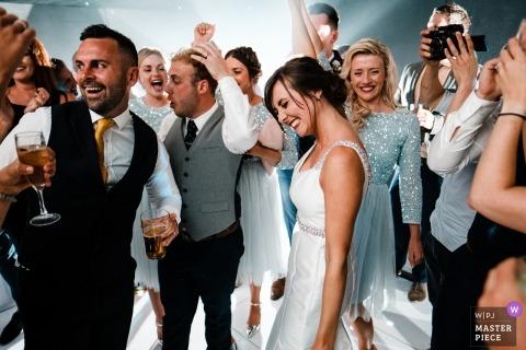 Broyle Place huwelijksreceptie | bruid en bruidegom dansen met drinkende gasten