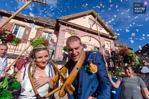 Lapoutroie, Francja, walczą z drewnianymi jarzmami na szyi podczas tradycyjnego wesela