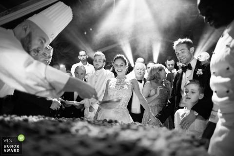 Hochzeitstrieb mit Apulienpaaren, die aufpassen, wie die Chefs das Essen vor ihnen vorbereiten