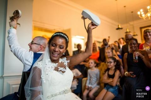 Great Harrowden, Northamptonshire, Verenigd Koninkrijk huwelijksfoto van de receptie schoen met de bruid en bruidegom