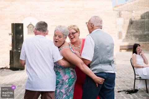 Titignano gehucht Umbrië | Tijdens de huwelijksdansen van de ouders gebeurt er iets merkwaardigs! | Bruiloftsfeest