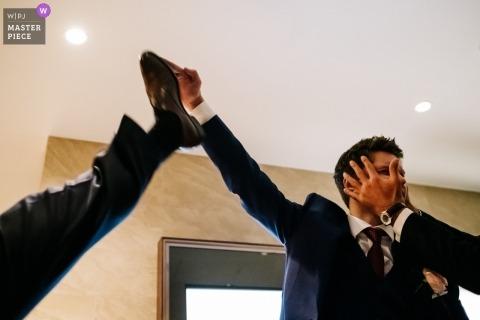 Zdjęcia ślubne młodego pana bawiącego się z przyjaciółmi przez londyńskiego fotografa