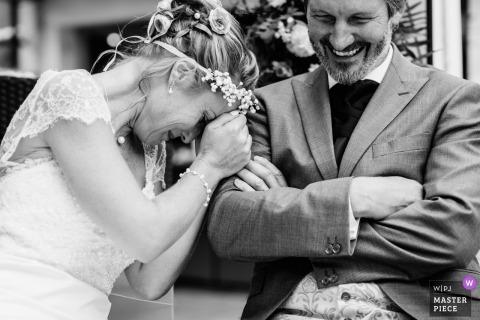 Ślubna strzelanka z parą Chambéry śmiejącą się podczas ceremonii - fotografia czarno-biała