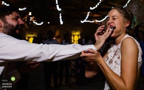 Jedzenie tortu weselnego - Gers, panna młoda z Francji pomaga w degustacji swojego ciasta
