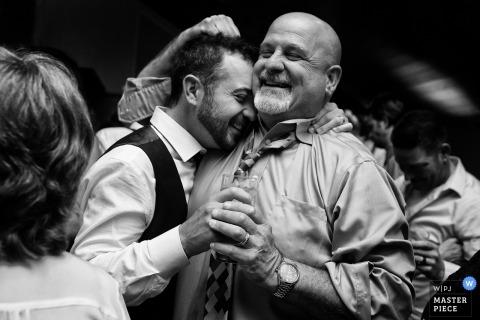 Groom przytulanie krewnych na ceremonii ślubnej w South Lake Tahoe, Nevada