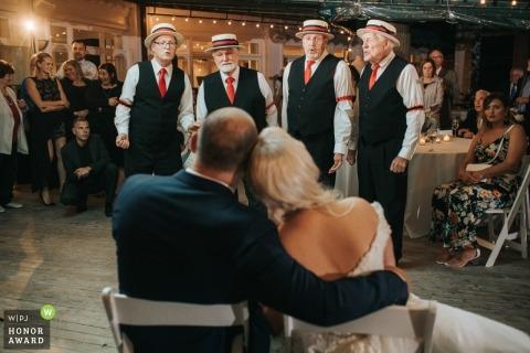 Mooreland Mansion Cleveland Ohio - Braut und Bräutigam hören den Barbershop Quartet-Gesang