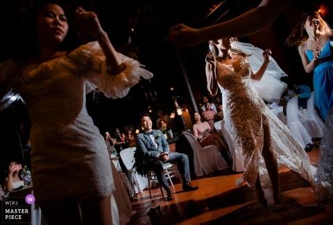 Vung Tau stad, Vietnam bruiloft receptie foto van de vrouwen dansen.