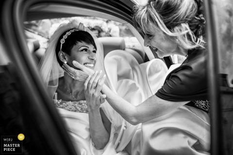 Wedding picture of bride in limo - Reggio Calabria photographer captures moment with mom saying goodbye