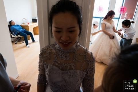 Fujian-Hochzeitsfoto der Braut, die Hilfe erhält | Entspannte Gäste hängen ab
