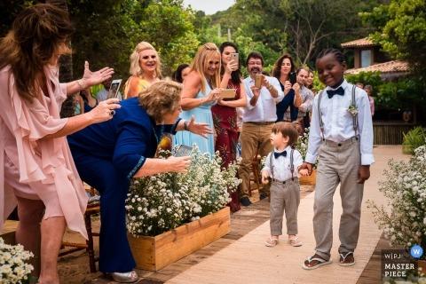 Hochzeitsfotojournalismusbild von den Ringträgern, die herein bei Trancoso / BA - Brasilien gehen