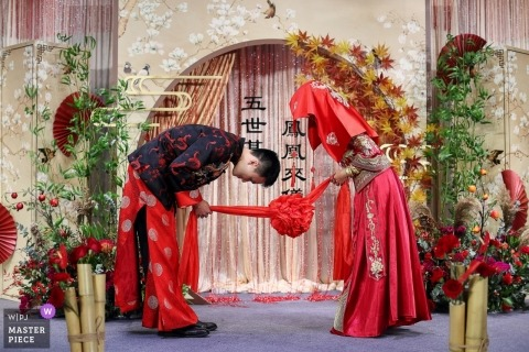 Guangdong wedding photojournalism image of a couple to each other during the traditional ceremony