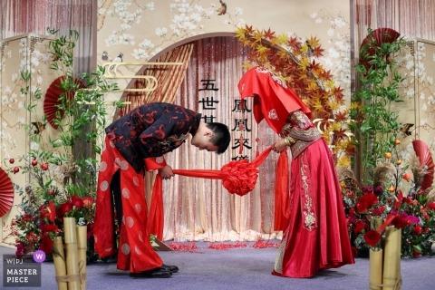 Guangdong ślubny fotoreportaż obraz pary do siebie podczas tradycyjnej ceremonii