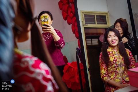 Humorystyczna fotografia ślubna w Szanghaju domu panny młodej przygotowuje się