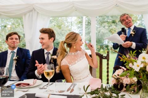 Tipperary, irlandzka sesja ślubna z panną młodą i jej ojcem wymieniająca spojrzenia i gesty podczas przemówienia w recepcji