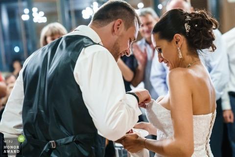 Couple Borovetz lors de la coupe du gâteau de mariage   Trouver un morceau du gâteau de mariage ... dans la robe de la mariée