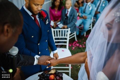 Ślubny krótkopęd z Portofino pary mienia rękami podczas ich ślubnej ceremonii