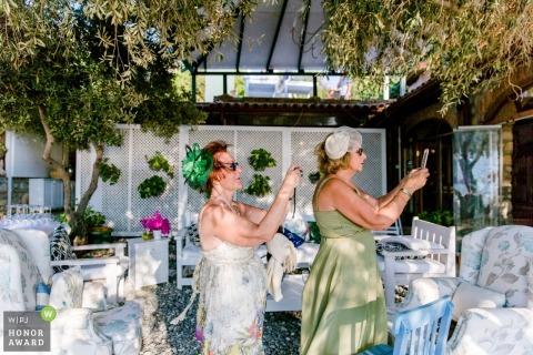 Antalya trouwfoto van twee vrouwelijke gasten die foto's nemen en haar bevestigen bij de receptie