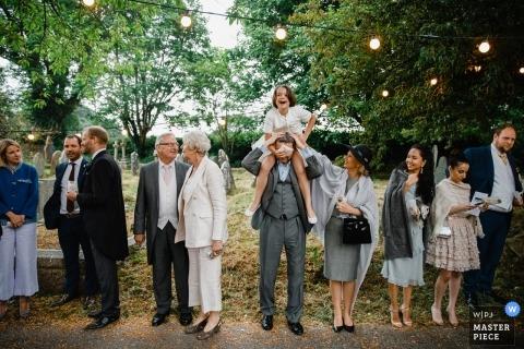 Zdjęcie ślubne Anglii gości ustawionych w kolejce i czekających pod światłami