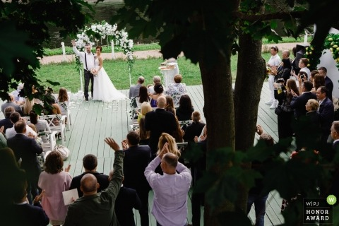 Hochzeitszeremonie im Freien mit St. Petersburger Paaren und Gästen