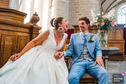Zdjęcie pary śmiejącej się podczas ceremonii przez najlepszego fotografa ślubnego Zuid Holland