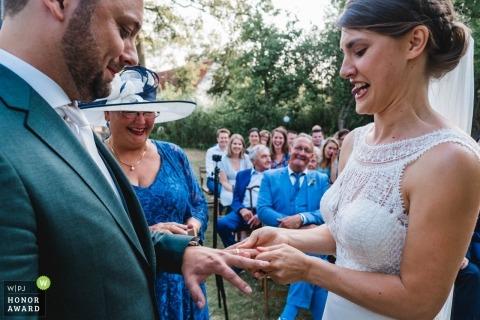 Huwelijksshoot met Zuid-Holland-paar die ringen ruilen tijdens buitengelofte ceremonie