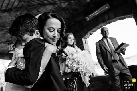 Fotoreportaż ślubny Obraz w Blue Hill, ceremonia ślubna Maine panna młoda przytulająca młodego chłopca
