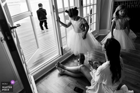 Fotografia ślubna małych dziewczynek ubranych na ceremonię Blue Hill, Maine | fotografia ślubna w nowej Anglii