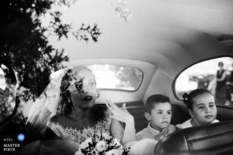 Fafe, Portugalia ślubny wizerunek panny młodej z tyłu rocznika limuzyny.