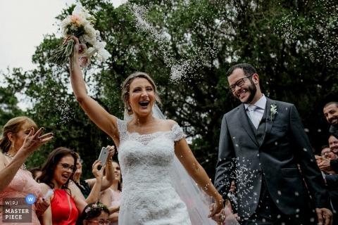 Obraz ślubny z parą Rio Grande do Sul reagującą uśmiechem na prysznice konfetti w Sítio da figueira