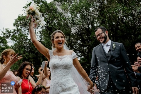 Wedding Image with Rio Grande do Sul couple reacting with smiles to the showers of confetti at the Sítio da figueira