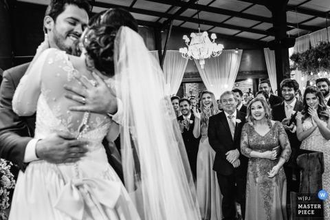 Fotoreportaż ślubny Belo Horizonte przedstawiający parę obejmującą i uśmiechającą się na parkiecie podczas pierwszego tańca