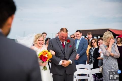 Sesja ślubna w Minneapolis z panną młodą i płaczącym tatą w przejściu