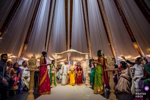 Gatwick, para z Wielkiej Brytanii siedzi podczas ceremonii ślubnej