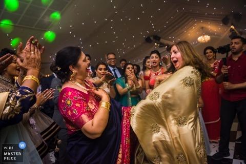 Ślubna sesja z gośćmi z Londynu, Wielkiej Brytanii tańczącymi na przyjęciu