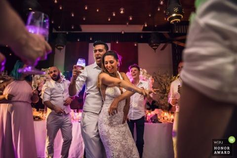 Phulay Bay, Thailand-Hochzeitstrieb mit einem Paar, das unter rosa und purpurroten DJ-Lichtern tanzt