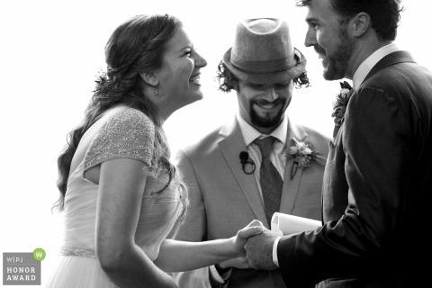 MacCallum House, Cypress Grove, Mendocino, CA Huwelijksshoot met een paar dat tijdens hun ceremonieloften lacht